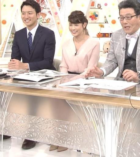 永島優美アナ 前かがみでちょっと胸元チラキャプ・エロ画像4