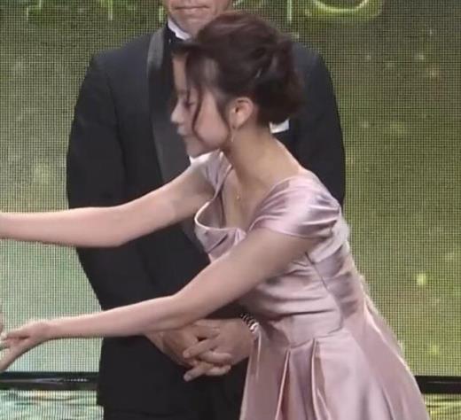 中川絵美里 ドレスで胸チラしてるキャプ画像(エロ・アイコラ画像)