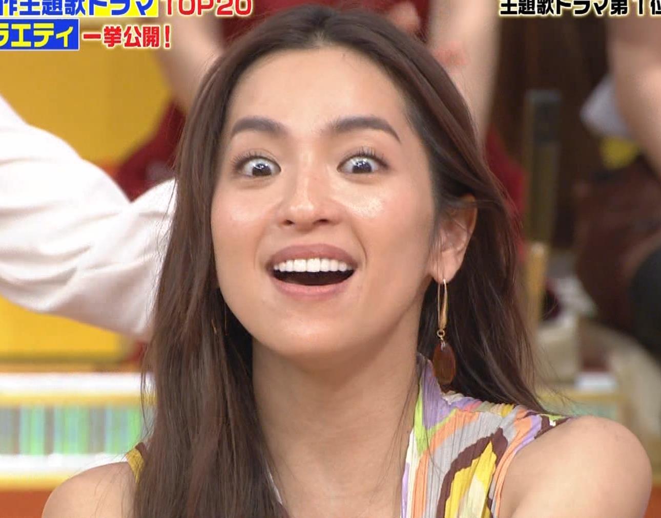 中村アン 前かがみ胸元チラキャプ・エロ画像5