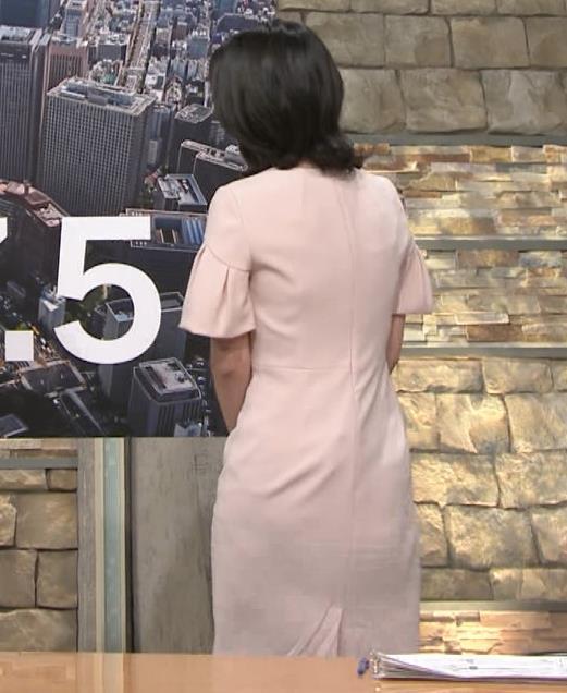 小川彩佳アナ 横から見たお胸とお尻キャプ・エロ画像