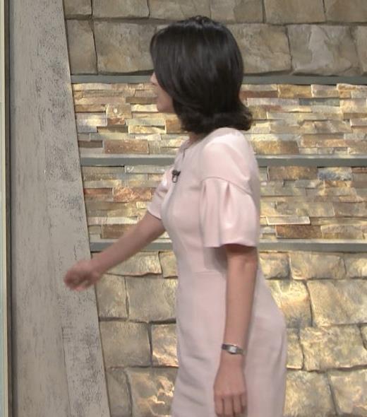 小川彩佳アナ 横から見たお胸とお尻キャプ・エロ画像2