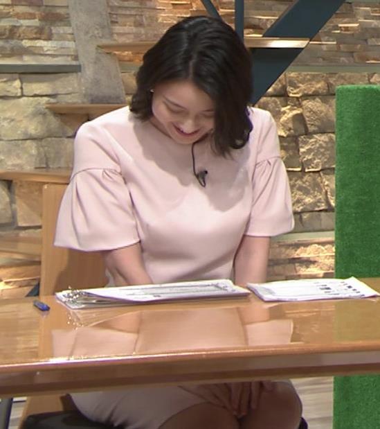 小川彩佳アナ 横から見たお胸とお尻キャプ・エロ画像11