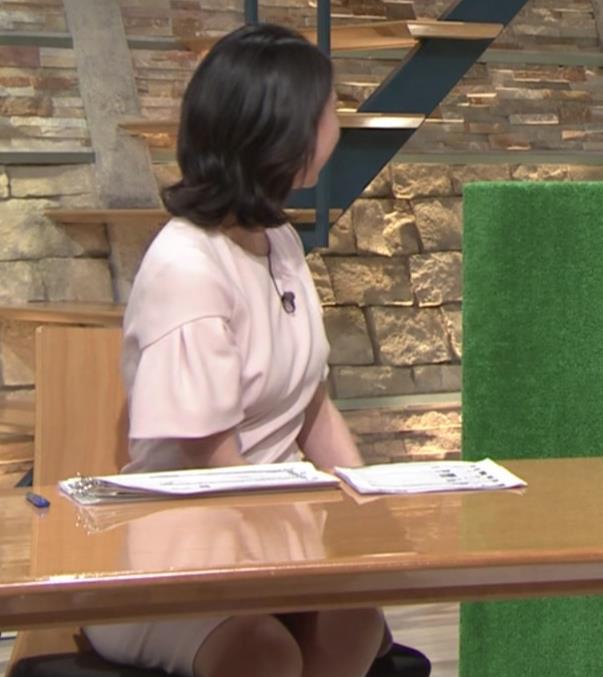 小川彩佳アナ 横から見たお胸とお尻キャプ・エロ画像14