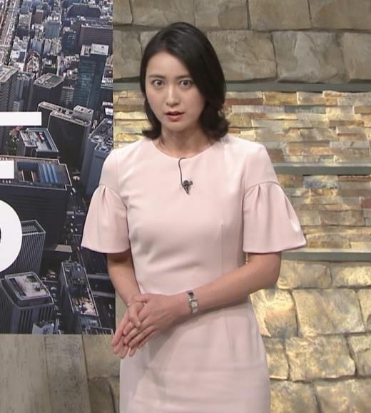 小川彩佳アナ 横から見たお胸とお尻キャプ・エロ画像3