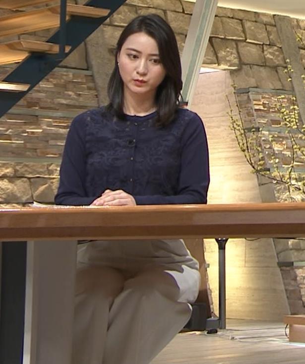 小川彩佳アナ スカートみたいなパンツスタイルキャプ・エロ画像7