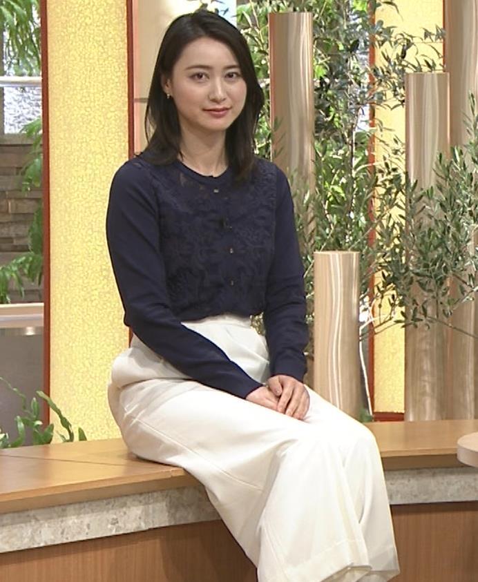 小川彩佳アナ スカートみたいなパンツスタイルキャプ・エロ画像8