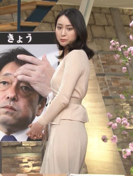 小川彩佳アナ 柔らかそうな横乳キャプ・エロ画像2