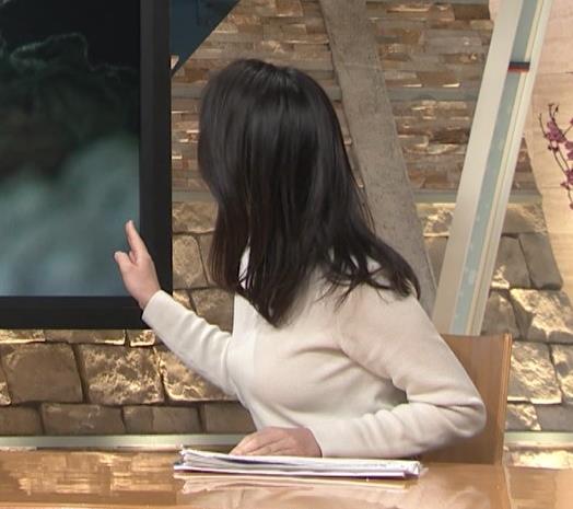 小川彩佳アナ 横を向いて胸を張っているところキャプ・エロ画像