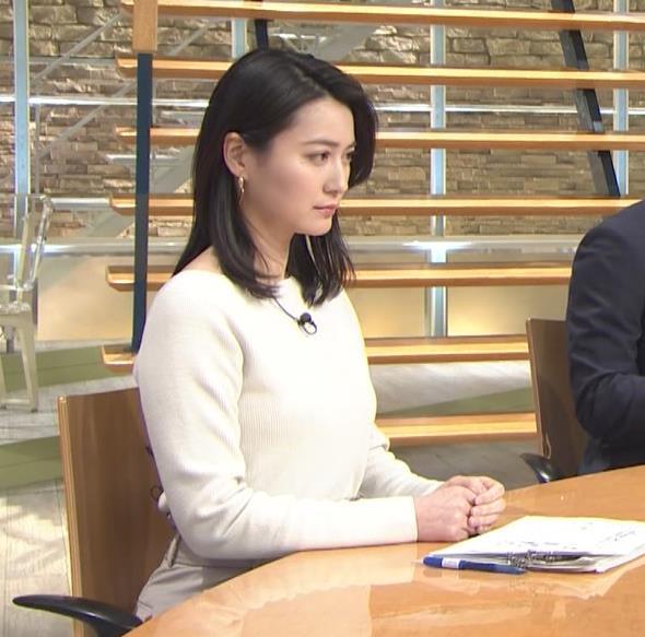 小川彩佳アナ 横を向いて胸を張っているところキャプ・エロ画像2