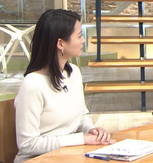 小川彩佳アナ 横を向いて胸を張っているところキャプ・エロ画像3