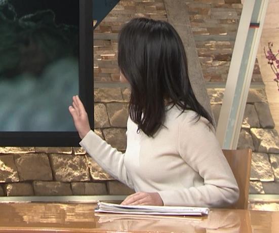 小川彩佳アナ 横を向いて胸を張っているところキャプ・エロ画像5