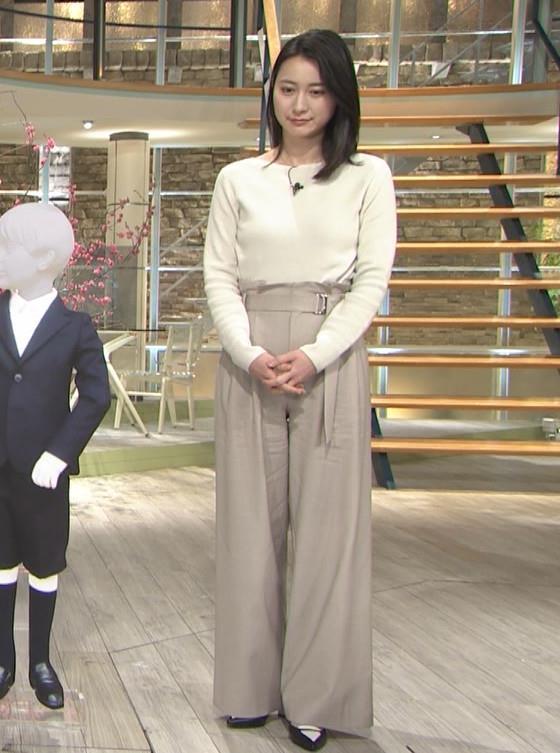 小川彩佳アナ 横を向いて胸を張っているところキャプ・エロ画像6