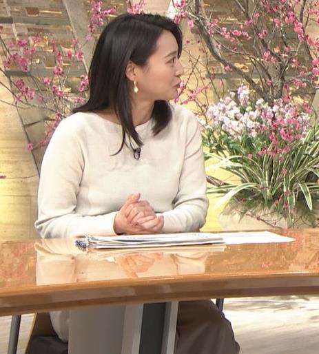 小川彩佳アナ 横を向いて胸を張っているところキャプ・エロ画像8