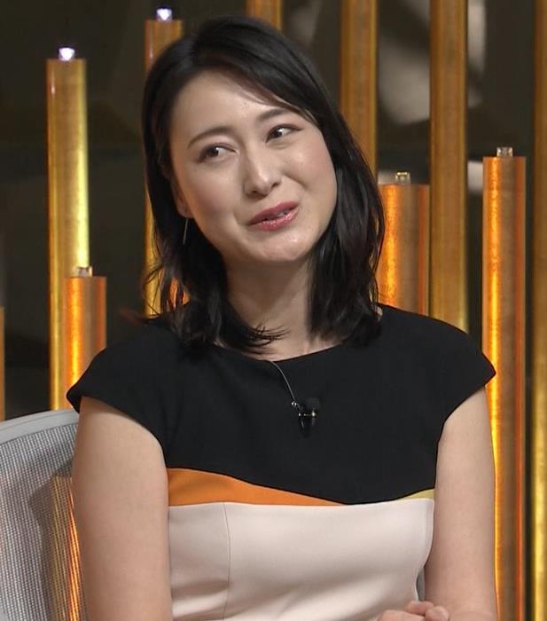 小川彩佳アナ 体のラインがわかるエッチな衣装キャプ・エロ画像3