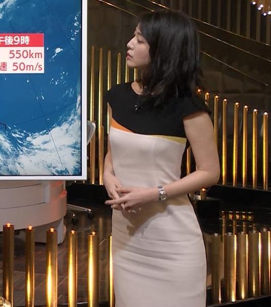 小川彩佳アナ 体のラインがわかるエッチな衣装キャプ・エロ画像4