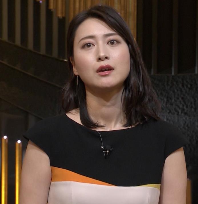小川彩佳アナ 体のラインがわかるエッチな衣装キャプ・エロ画像6