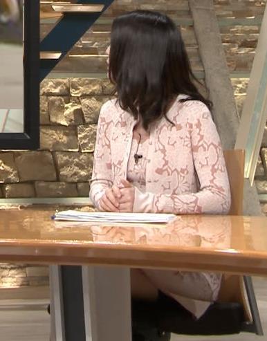 小川彩佳アナ パンツ見えそうだし、おっぱいエロいし…キャプ・エロ画像