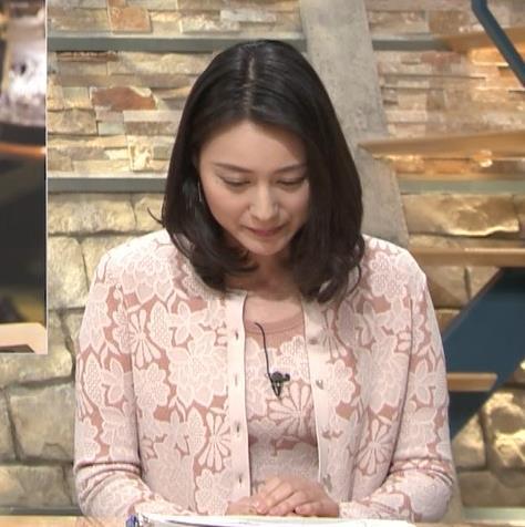 小川彩佳アナ パンツ見えそうだし、おっぱいエロいし…キャプ・エロ画像2