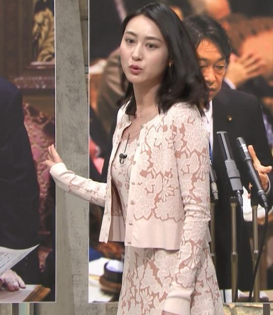 小川彩佳アナ パンツ見えそうだし、おっぱいエロいし…キャプ・エロ画像4