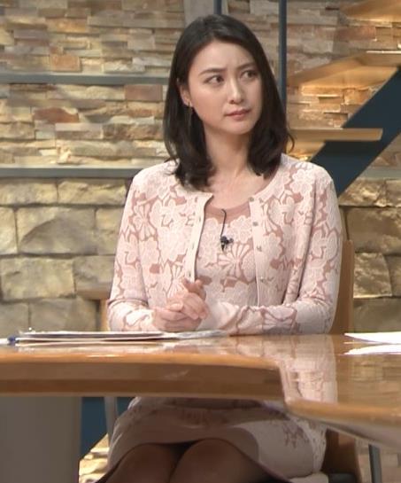 小川彩佳アナ パンツ見えそうだし、おっぱいエロいし…キャプ・エロ画像6