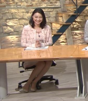 小川彩佳アナ パンツ見えそうだし、おっぱいエロいし…キャプ・エロ画像9