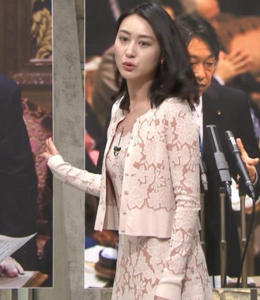 小川彩佳 パンツ見えそうだし、おっぱいエロいし…キャプ画像(エロ・アイコラ画像)