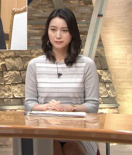 小川彩佳アナ 机の下の▼ゾーンがチラチラキャプ・エロ画像