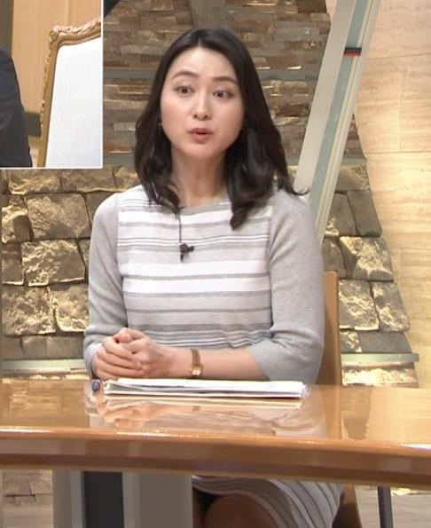 小川彩佳アナ 机の下の▼ゾーンがチラチラキャプ・エロ画像4