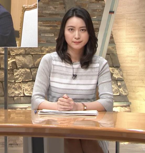 小川彩佳アナ 机の下の▼ゾーンがチラチラキャプ・エロ画像5
