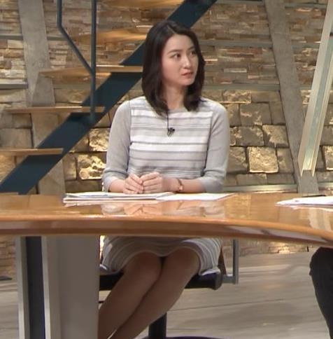 小川彩佳アナ 机の下の▼ゾーンがチラチラキャプ・エロ画像6
