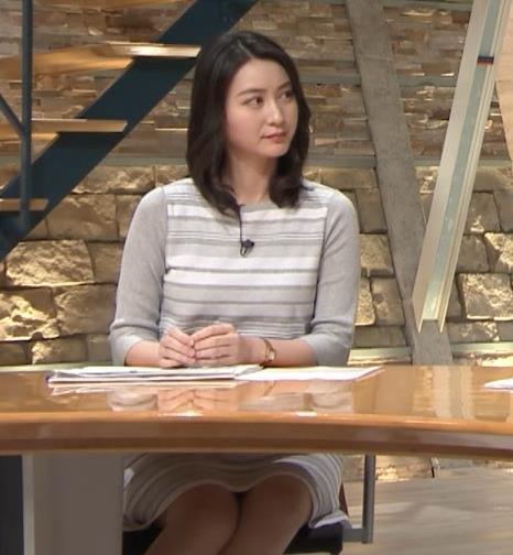 小川彩佳アナ 机の下の▼ゾーンがチラチラキャプ・エロ画像7