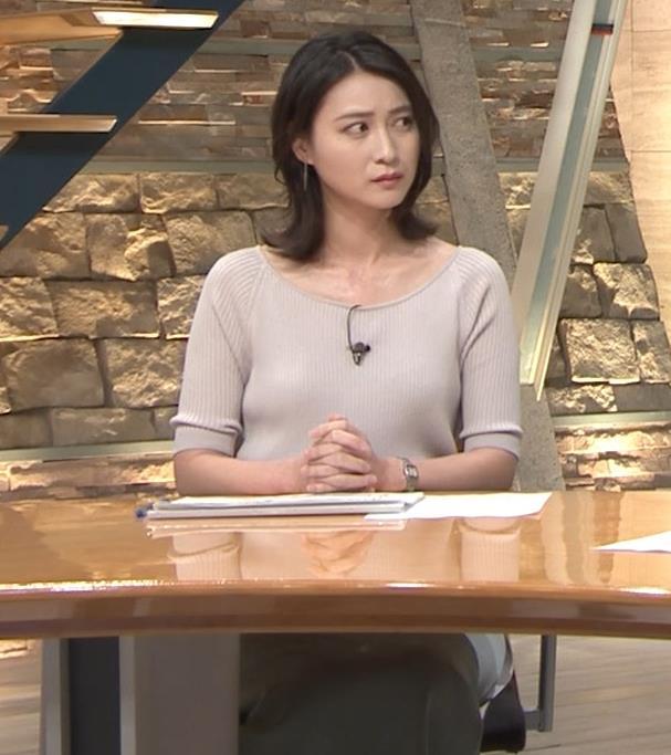 小川彩佳アナ 緩いニットの乳キャプ・エロ画像