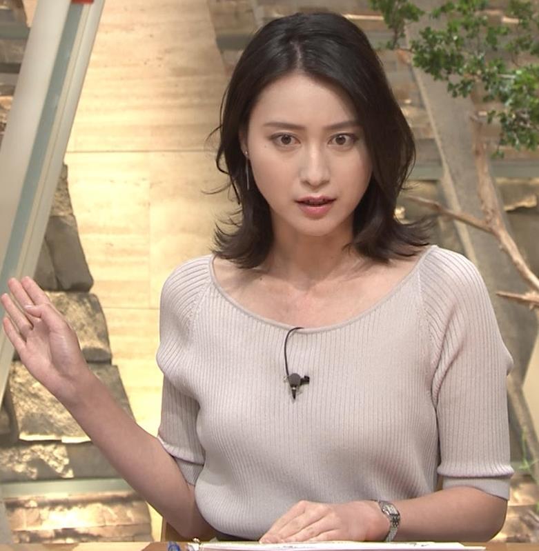 小川彩佳アナ 緩いニットの乳キャプ・エロ画像3