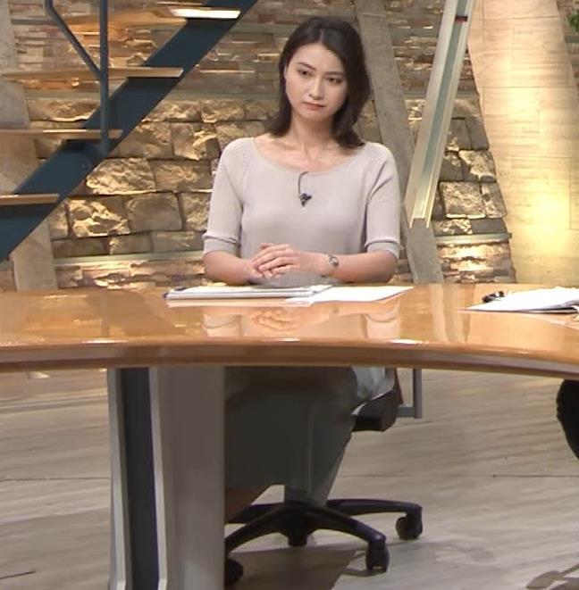 小川彩佳アナ 緩いニットの乳キャプ・エロ画像8