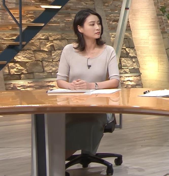 小川彩佳アナ 緩いニットの乳キャプ・エロ画像9