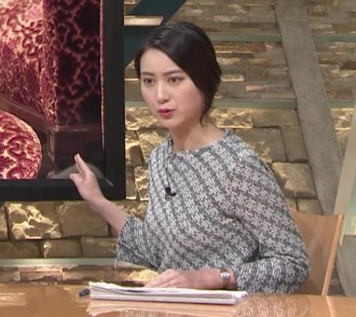 小川彩佳 おっぱいがエロく見える柄の服キャプ画像(エロ・アイコラ画像)
