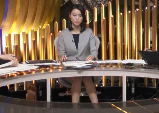 小川彩佳アナ NEWS23の脚の見え方がエロいキャプ・エロ画像