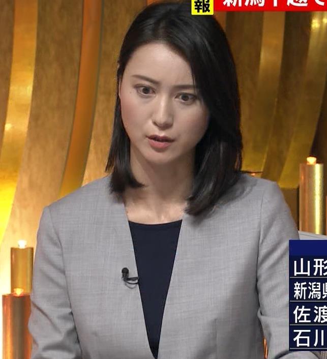 小川彩佳アナ NEWS23の脚の見え方がエロいキャプ・エロ画像2
