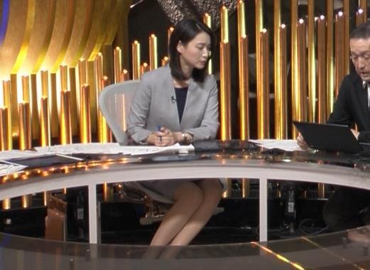 小川彩佳アナ NEWS23の脚の見え方がエロいキャプ・エロ画像3
