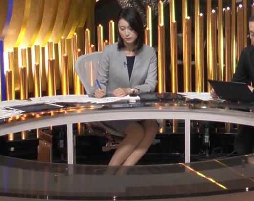 小川彩佳アナ NEWS23の脚の見え方がエロいキャプ・エロ画像4