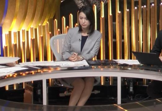 小川彩佳アナ NEWS23の脚の見え方がエロいキャプ・エロ画像5