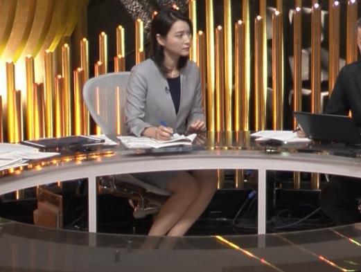小川彩佳アナ NEWS23の脚の見え方がエロいキャプ・エロ画像6