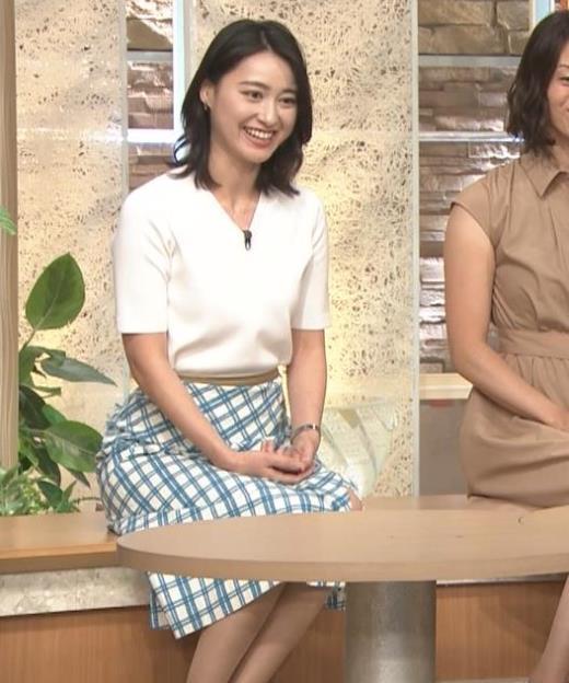 小川彩佳 座った時の脚やお尻のラインがエロいキャプ画像(エロ・アイコラ画像)