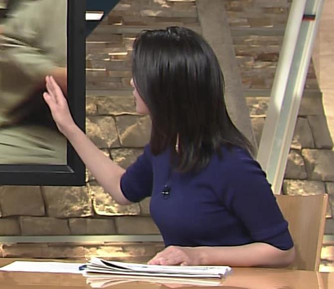小川彩佳アナ ぴったりニットでクッキリお胸キャプ・エロ画像3
