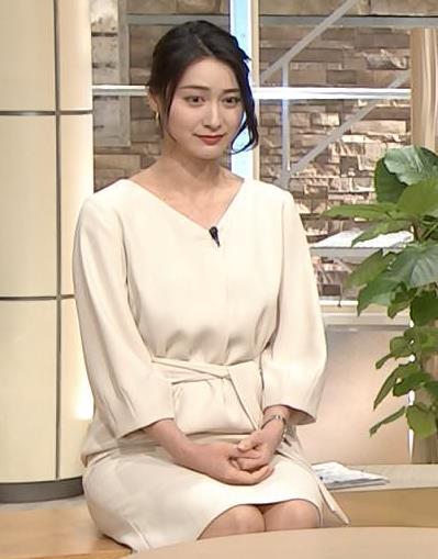 小川彩佳アナ 綺麗な脚がいっぱい映ってたキャプ・エロ画像2