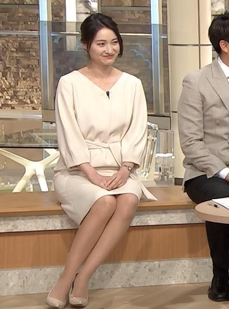 小川彩佳アナ 綺麗な脚がいっぱい映ってたキャプ・エロ画像6