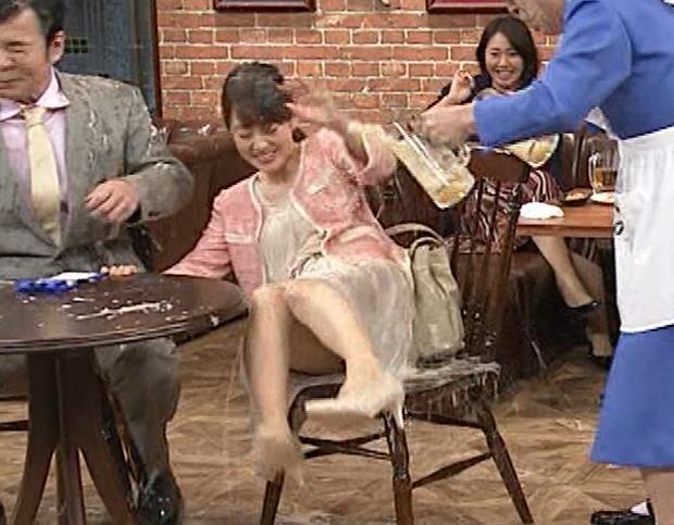 丘みどり 美人演歌歌手、コント番組で脚チラ&パンツ透け?キャプ・エロ画像