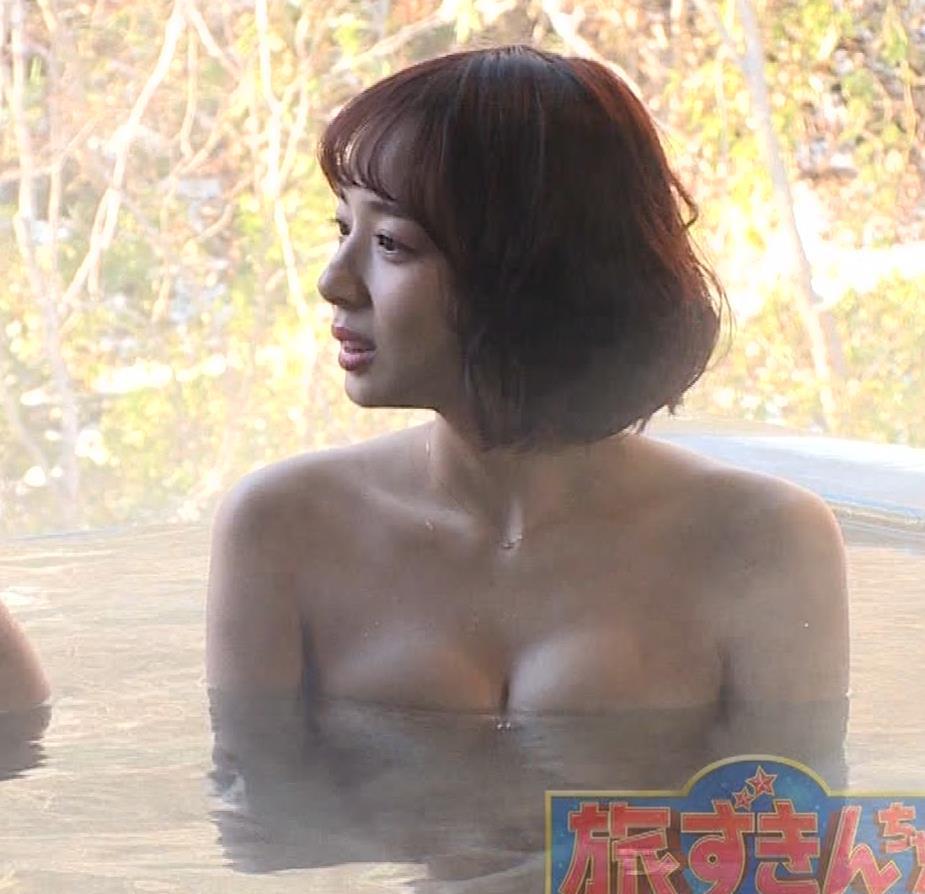 岡田紗佳 温泉入浴でおっぱいがタオルからこぼれているキャプ・エロ画像