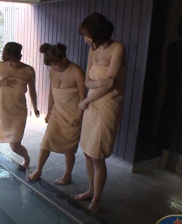 岡田紗佳 温泉入浴でおっぱいがタオルからこぼれているキャプ・エロ画像3