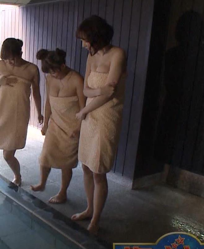 岡田紗佳 温泉入浴でおっぱいがタオルからこぼれているキャプ・エロ画像4